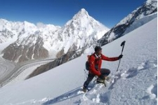 Alpinista escalando Everest (ANSA)