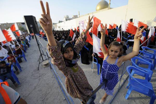 Children flash the victory sign during an opposition gathering in Bahrain (archive)