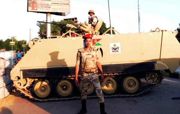 Egyptian Army surround presidential palace in Cairo