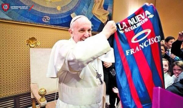 Pope Francis with the shirt of Sal Lorenzo team (archive)