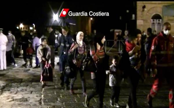 Immigrants continue to arrive in Italy as another 250 land
