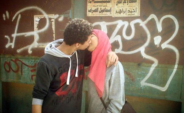 Egypt: photo of a kiss on Facebook sparks debate on the web