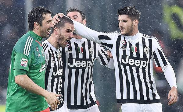 Serie A: Juventus' Alvaro Morata, Andrea Barzagli, Leonardo Bonucci and Gianluigi Buffon celebrate the victory against Inter