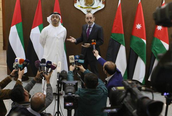 Jordanian  Foreign Minister Ayman Safadi (R) and his UAE counterpart Abdullah bin Zayed Al Nahyan