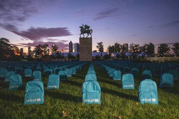 Thousands of blue backpacks in the UN gardens in New York to draw attention to the number of children killed in war
