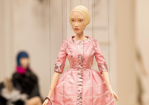 Moda: Moschino, video con marionette-indossatrici