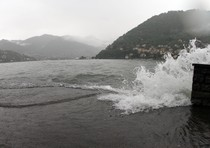 Lago di Como, surfista dispersa