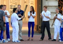 Wai-Ming Lee con la fiamma olimpica a Buckingham Palace salutata dai principi William, Kate e Harry