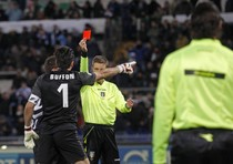 L'arbitro Davide Massa espelle Gianluigi Buffon in Lazio-Juventus